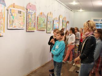 mini_muzej_izrailya_ispolzuet_prilozhenie_dlya_demonstracii_odezhdy_na_vystavke_mody
